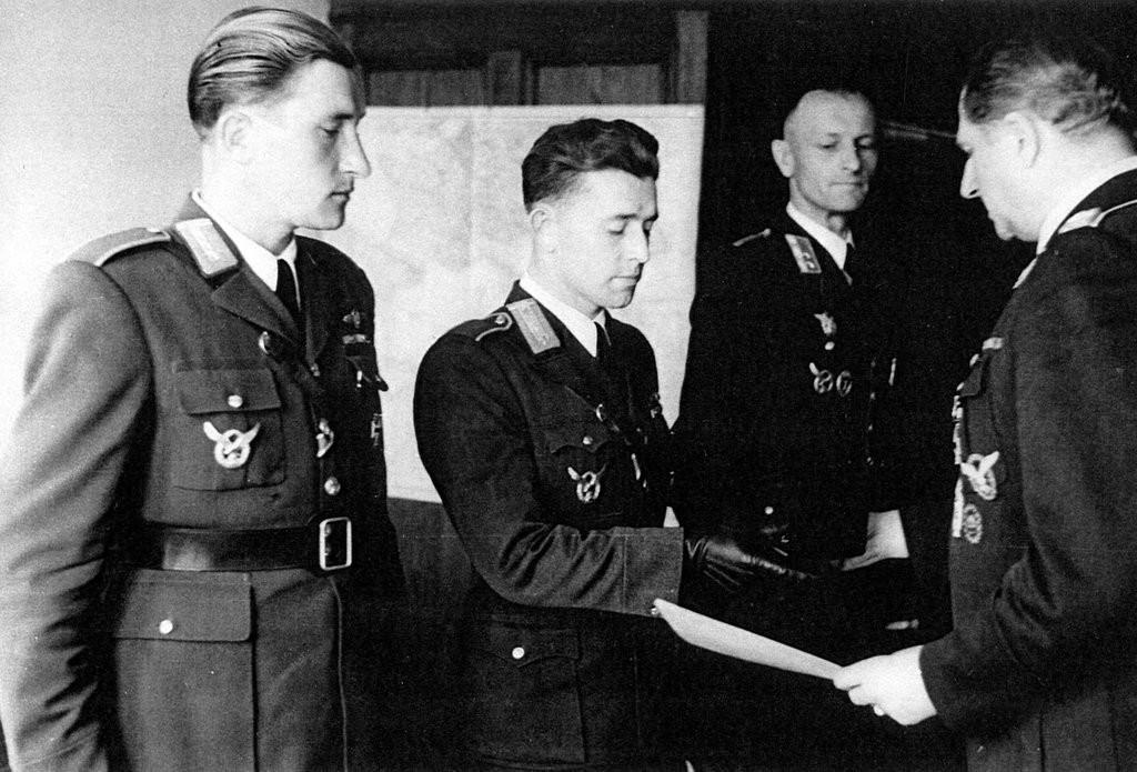 Izidor Kovárik a Ján Režňák preberajú vyznamenanie z rúk šéfa nemeckej vojenskej misie generál poručíka Keisera.