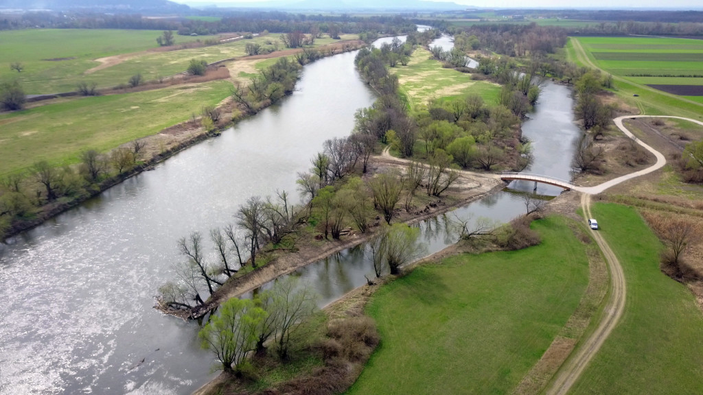 obnovene bocne rameno Moravy v oblasti Alten Zipf _cez bocne ramena postavili i mosty pre pesich(c) viadonau